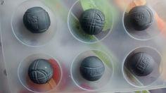 Je vous propose un tuto très simple pour réaliser des boules de pétanque qui serviront de décor sur un entremêts. Il fallait donc que ce soit très léger, j'ai donc utilisé des balles de ping pong que j'ai recouvert d'un mélange de pâte à sucre blanche...