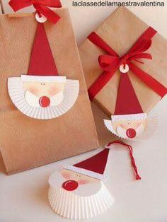kids craft for Christmas - paper craft Santa Claus with muffin paper Noel Christmas, Christmas Paper, Winter Christmas, All Things Christmas, Christmas Ornaments, Christmas Labels, Christmas Activities, Christmas Projects, Creative Gift Wrapping