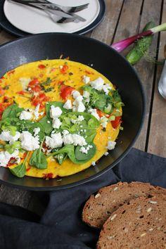 Mediterranes Omelette mit Feta, Tomaten und Paprika. Super einfach und schnell zubereitet. Das ideale Frühstück für etwas Urlaubsfeelings zuhause.