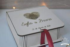 Caixinha porta-alianças tema viagens com digitais para casamentos Place Cards, Container, Place Card Holders, Air Balloon, Christmas Ornaments, Box, Weddings, Viajes
