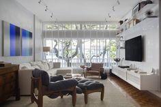 #olhomágicocj #mourafariamambriniarquitetura Para propor um ar mais jovial a este apartamento no Leblon, aplicamos Tecnocimento em todas as paredes e optamos pela iluminação de trilhos, em contraponto ao piso original de taco, que foi recuperado.  No décor, destaque para a poltrona Mole, de Sergio Rodrigues, que ganhou estofado de linho azul, e o tapete de hemp. Foto MCA Estudio/Divulgação @mourafariamambriniarquitetura#décor #decoração #decoration #homedecor #homedesign #instahome…