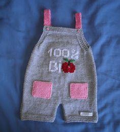 Modèle trouvé il y a 1 ou 2 ans, dans un magazine Mode & Travaux de 2011 je crois. J'en avais recopié les explications au cas où .... Ce m... Crochet Bear, Diy Crochet, Baby Dungarees Pattern, Tricot Baby, Baby Born Clothes, Filet Crochet Charts, Baby Jeans, Craft Free, Baby Sweaters
