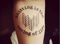 Fuente: http://xostitches.tumblr.com/post/52289565151/because-i-love-any-crafting-related-tattoos