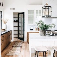 modern farmhouse kitchen design with rustic kitchen cabients and white kitchen i. modern farmhouse kitchen design with rustic kitchen cabients and white kitchen island with quartz counters and walk in pantry, neutral rustic kitchen design apartment Beautiful Kitchen Designs, Beautiful Kitchens, Modern Farmhouse Kitchens, Home Kitchens, Kitchen Modern, Dream Kitchens, Farmhouse Style, Modern Cottage Style, Farmhouse Bedrooms