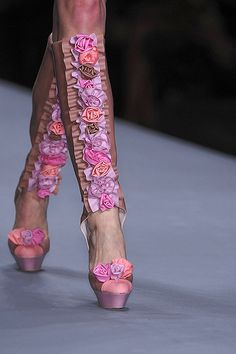 crazy shoes - viktor and rolf - Ineffective Boots Gold Fashion, Fashion Details, Fashion Shoes, Womens Fashion, Floral Fashion, Fashion Art, High Fashion, Crazy Shoes, Me Too Shoes