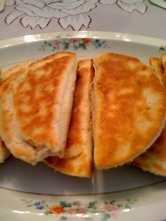 I posted these under Nostalgia because they look exactly like the fried pies my Katie use to make for me. photo via Sweet Tea and Cornbread: Fried Apple Pies! Just Desserts, Delicious Desserts, Dessert Recipes, Yummy Food, Yummy Recipes, Pastries Recipes, Apple Desserts, Frosting Recipes, Yummy Eats