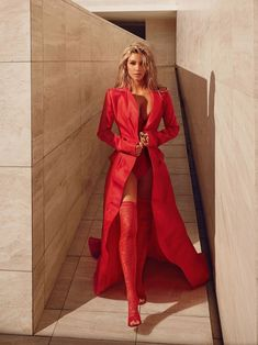 Social media star Kim Kardashian looks red-hot on the March 2018 cover of Vogue India. Photographed by Greg Swales, the 'Keeping Up with the Kardashians' star… Foto Kim Kardashian, Looks Kim Kardashian, Estilo Kardashian, Robert Kardashian, Kardashian Style, Kim Kardashian Photoshoot, Vogue India, Red Fashion, Look Fashion
