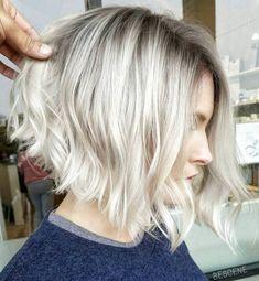 Ombré hair blond : L Wavy Angled Bob, Short Wavy Bob, Angled Bob Hairstyles, Haircuts For Fine Hair, Short Bob Haircuts, Inverted Bob, Wavy Lob, Textured Bob, Blonde Hairstyles