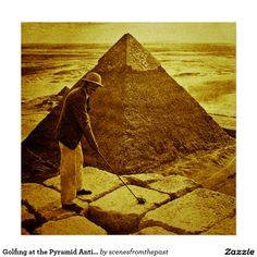 Golf spielen am Pyramide-Antiken-Ton Poster