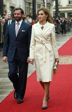 Spanish Queen Letizia (R) walks with Crown Prince Guillaume of Luxembourg during an official welcoming ceremony at the Grand-Ducal Palace in Luxembourg on 11.11.2014.