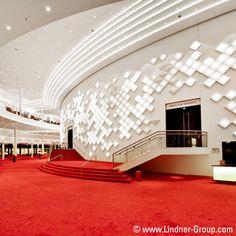 Der Ausbau von Studios und Konzertsälen, Opern oder Theatern setzt ein enormes Fachwissen voraus. Wichtige Faktoren bei der Realisierung Ihrer Projekte sind unter anderem Brandschutz, Schallschutz, ideale Raumakustik und die einfache Integration der Technik in den Innenausbau.