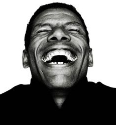 .....yo me pregunto, porque nos cuesta tanto sonreír? Porque siempre tenemos que salir de casa, con la expresión tan dura? Si ser feliz no cuesta nada, no cobran impuestos, no hay stress,  hummmm solo hay que ser feliz.......yo