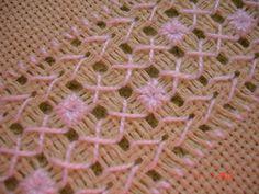 Lia e suas artes...: Mais uma toalha com bordado e crochê