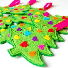 Rainbow hearts felt Christmas tree ornaments to make. Diy Xmas, Christmas Sewing, Christmas Projects, Felt Crafts, Handmade Christmas, Holiday Crafts, Felt Projects, Felt Christmas Decorations, Felt Christmas Ornaments