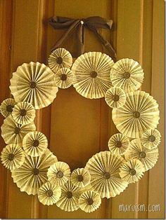 The instructions aren't in English, but hey. We can figure it out. DIY Xmas Project: Paper Fan Flower Wreath | MARUISM