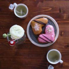 Ihanaa ystävänpäivää! 🍩⠀  ⠀  #ystävänpäivä #valentinesday #allahjärtansdag #hyvääystävänpäivää #arnolds #getthetoolboxblog #munkki #sydänmunkki #herkut #happyvalentinesday #teatime #igers #bloggers #picoftheday #jaloleinikki #flower #donuts #donutday Valentines Day, Pudding, Desserts, Food, Valentine's Day Diy, Tailgate Desserts, Deserts, Custard Pudding, Essen