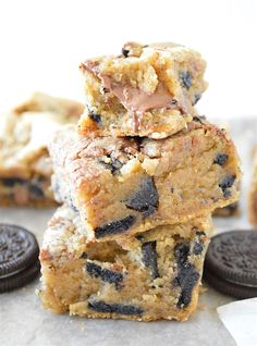Browned Butter Oreo Nutella Stuffed Blondies - rich browned butter blondies stuffed with Oreo cookie chunks and surprise pockets of gooey Nutella! Köstliche Desserts, Delicious Desserts, Dessert Recipes, Dessert Bars, Nutella Recipes, Brownie Recipes, Unique Recipes, Sweet Recipes, Chocolate Chip Cookies