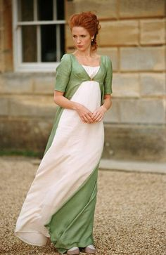 Kelly Reilly as Caroline Bingley, Pride & Prejudice the outfit is similar to the one Gwynneth Paltrow wore as Emma in The sleeves are different, as are the particulars of the cut of the overdress. Keira Knightley, Historical Costume, Historical Clothing, Jane Austen Movies, Pride And Prejudice 2005, Regency Dress, Regency Era, Elizabeth Bennet, Maxi Robes