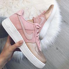 Nike Air Force 1 – seit über 30 Jahren ist der Air Force 1 einer der beliebtesten Sneaker der Welt. Mega schöner Colorway auf dem Nike Sneaker. Mehr Sneaker Inspirationen und passende Sneaker Outfits findet ihr hier. https://www.instagram.com/kubenkovakaterina/