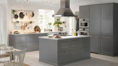 Et stort gråt køkken i en elegang landstil til en god lav pris. Bodbyn Kitchen Grey, Grey Ikea Kitchen, Grey Shaker Kitchen, Ikea Kitchen Cabinets, New Kitchen, Kitchen Decor, Bodbyn Grey, Kitchen Walls, Kitchen Ideas