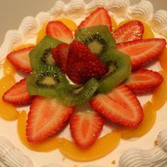 Nada como aprovechar los ingredientes frescos, naturales, las frutas mas deliciosas... Todo unido a la ligereza de un pastel de tres leches relleno de frutas y cubierto con crema chantilly! Mmmmm