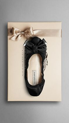 Burberry♥.•:*´¨`*:•♥Bow Detail Satin Slippers