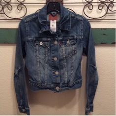 Flash Sale Sale ends 12/20 Levi's Sunset Jean Jacket Cropped size Small 99% cotton 1% lyrica under arm to underarm measures ⛔️Trades ⛔️other sites  reasonable offers ship the same or next day 4.9⭐️Seller Levi's Jackets & Coats Jean Jackets