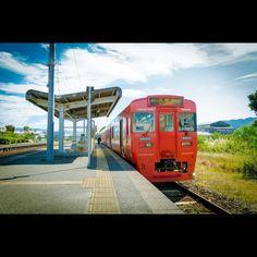"""筑後平野の東端筑後吉井駅にて久留米駅から列車に揺られること30分筑後吉井に到着ですここから久留米へ折り返す列車も設定されていま すこの駅はゆふいんの森以外の列車は全て停車たまたま降り立った駅ですがこういう駅でのんびり列車を待つのも良いものですAt JR Chikugo-Yoshii Station.Here is the eastern end of the plain Chikugo in Fukuoka Prefecture.It is a distance of about 30 minutes from JR Kurume Station.Train folded back from this station to Kurume also present.This station is to stop all express """"Yufuin no Mori"""" other than the train.Accidentally landed the station. Also is something good to leisurely wait for a train…"""
