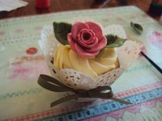 Amy Lewitt shows us how to decorate some fun, fancy and fabulous cupcakes.....