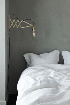 Vägglampa av borstad metall med mässingfinish. Lampans mått: höjd 22 cm, bredd 4 cm. Väggplattans mått: 20 x 2 cm. Lampan är svängbar och utdragbar, avstånd från vägg min. 31 och max 53 cm. Svart textilsladd med strömbrytare, sladdlängd 150 cm. Väggkontakt. E27. Max 40W. Ljuskälla ingår ej. Olika typer av ljuskällor kan ha stor påverkan på stil och utseende hos lampan. Prova dig fram till ditt eget uttryck!