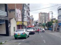 Trânsito ficou interdidato Uma rua do bairro São José, em Campina Grande, foi interditada na manhã desta segunda-feira (19) após denúncias de que haviam bombas em um caixa eletrônico instalado na l...
