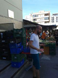 Alberto Celdrán contando en el Mercado y animando a usar la @bibliosantjoan