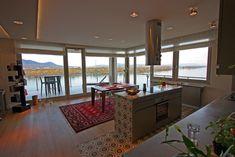 Változatos formavilág, részletesen megtervezett szobavilágítás SLV New Tria lámpákkal, valamint Dunára néző étkező és terasz. 🍽️ A tökéletes reggelik és romantikus vacsorák ideális helyszíne. Te mit gondolsz erről a megvalósításról?🤔 Windows, Design, Ramen, Window