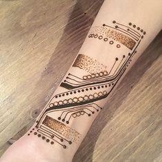 circuit board henna Henna Arm, Henna Body Art, Hand Henna, Body Art Tattoos, Circuit Board Tattoo, Mehndi 2018, Shoulder Henna, Mehndi Art, Henna Mehndi