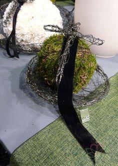 Niet echt wolkoord maar wel mooie combinatie met bovenstaande. Van zwart lakdraad wordt een kruisvorm gemaakt. kan eventueel ook met gewoo...