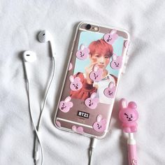 """˗ˏˋ 방탄소년단의 사랑하는 아미 ˎˊ˗ on Instagram: """"• 「 #Cookysclosetcorner 」 ↬ ᴄᴏᴏᴋʏ ɢᴇʟ ᴘᴇɴ + ɢ-ᴄᴀsᴇ ɪᴘ6s ᴄᴀsᴇ ——— ೃ༄ ——— I wish my baby Jungo will be able to have a quality rest, always be…"""" Bangtan Bomb, Bts Jungkook, Taehyung, Bts Army Bomb, Kpop Phone Cases, Bts Clothing, Korean Aesthetic, Bts Pictures, Kpop Merch"""