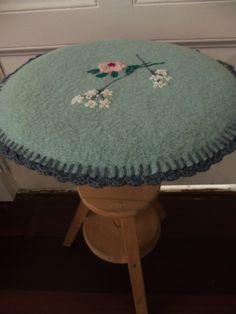 kussentje geborduurd (oude deken, restjes wol) voor krukje