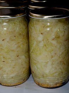 U nás doma milujeme zelí. Každý podzim máme mimo jiné spojen s tím, že jeden víkend se prostě krouhá, krájí, nakládá...a celou zimu pak tuto... Slovak Recipes, Czech Recipes, Raw Food Recipes, Cooking Recipes, Fruit Preserves, Good Food, Yummy Food, Homemade Pickles, Home Canning