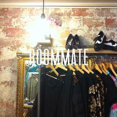 Cuál fue nuestra sorpresa que al #irdepropio a Bahnhof shop nos encontramos que comparte proyecto y espacio con Roommate shop, una pequeña tienda que apuesta por jóvenes diseñadores y donde puedes encontrar ¡lo último de lo último! #irdepropioroommate • José María Lacarra, 46 •