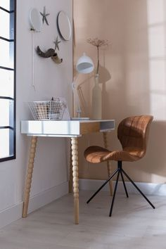 Zuiver OMG LL chair, de prachtige twisted desk, bureaulamp Reader