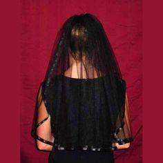 Medidas: 66x137,2 cmVelo de novia de una capa realizado en tul negro y ribeteado en satén del mismo color,aplicado sobre una peineta,desmontable mediante velcro. http://www.d-gotico.com/velos/376-velo-novia-negro-sencillo.html
