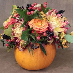 Get Ready For the Halloween by these awesome designs of the flower pumpkin. #halloween #halloweenideas #halloweenthemes #halloween2020 #halloweenphotos #flowers #flowerlovers #onlineflowers #onlineshop Halloween Flower Arrangements, Pumpkin Floral Arrangements, Halloween Flowers, Fall Arrangements, Diy Halloween, Halloween 2020, Deco Floral, Arte Floral, Pumpkin Flower