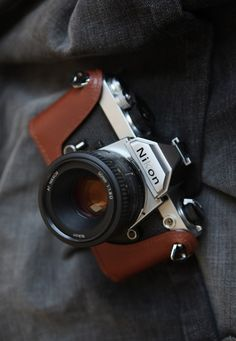 love this leather case, reminds me of my moms camera when I was young.