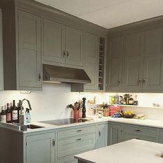 Skåpskupan Form i ett härligt grått Dalbykök från Kvänum. Kulören är French Grey från Farrow&Ball. #repost @kvanumlinkoping #fjäråskupan #kvänum #farrowandball #caesarstone #tapwell #decosteel #kvanumlinkoping #form #frenchgrey #hemmahos #inspo #kitcheninspo #homeinspo #interiordesign #interior #interior4all #scandinaviandesign