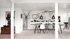 A Danish house decorated in naturally Nordic holiday style. Christmas Interiors, Christmas Home, Danish House, Amanda, Country Style Living Room, Modern Scandinavian Interior, Gravity Home, Nordic Home, Christmas Table Settings