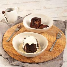 Découvrez la recette des puddings au chocolat cuits à la vapeur et réalisés avec le Cooking Chef expérience. Une génoise classique revisitée façon cocktail ! Cette recette permet de préparer 4 puddings au chocolat individuels, parfaits pour un petit dîner. L'ajout de chocolat au mélange avant la cuisson à la vapeur crée une délicieuse surprise fondante au milieu !#kenwood #kenwoodfrance #cookingchefexperience #chocolat #pudding #gateau #cake #dessert #faitmaison #dessertmaison #recettesimple