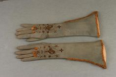 A pair of women's elbow length gloves circa 1685 – of white doeskin… Historical Costume, Historical Clothing, Baroque Fashion, Vintage Fashion, Vintage Dresses, Vintage Outfits, Vintage Accessoires, Vintage Gloves, Couture Outfits