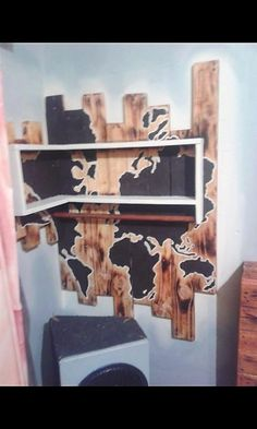 Why to look around here and there for the artistic wood pallet designs, when this majestic piece of wood pallet corner shelf can bring a beauty impact in your living room. Although, the corner shelf designing is rather simple but its main attraction falls in the wall decoration.