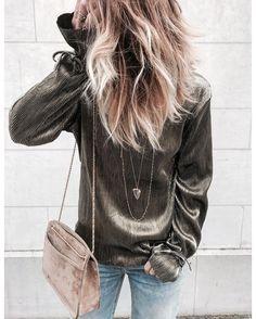 Lamé✨ • blouse @prettywireshop • sac Abelle @sezane • colliers @lesbrindilles.jewelry @azunilondon •
