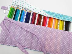 Estojinho porta lápis feito em tecido de algodão, com 12 divisórias de aproximadamente 3 cm cada, ideal para acomodar 36 lápis de cor. Para fechar é só enrolar e amarrar, uma fofura e super útil! <br>*OS LÁPIS NÃO ACOMPANHAM O ESTOJO